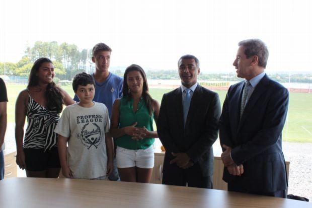 Romário e família na assinatura de Romarinho com o Brasiliense (Foto: Fabrício Marques/GLOBOESPORTE.COM)