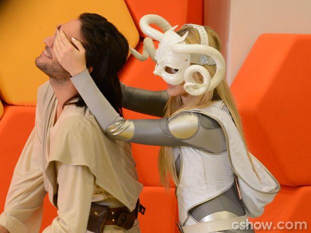 A loira topa os olhos de Davi e o leva para a baia dos meninos (Foto: Raphael Dias/TV Globo)
