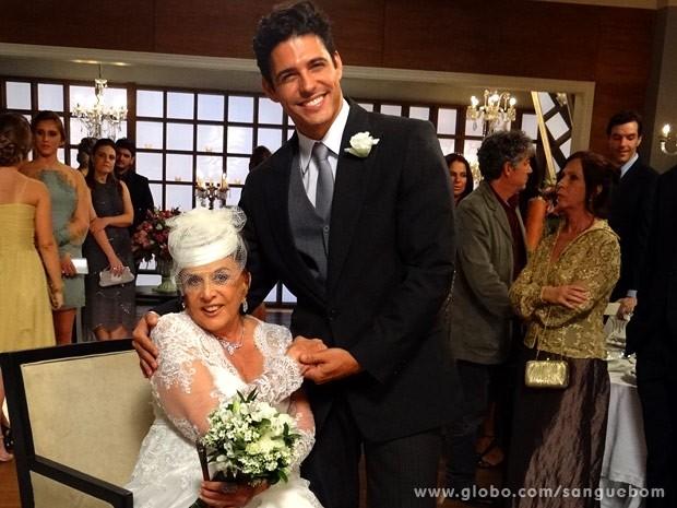 Casal inusitado! Karmita e Carlito casam e causam! (Foto: Sangue Bom/ TV Globo)