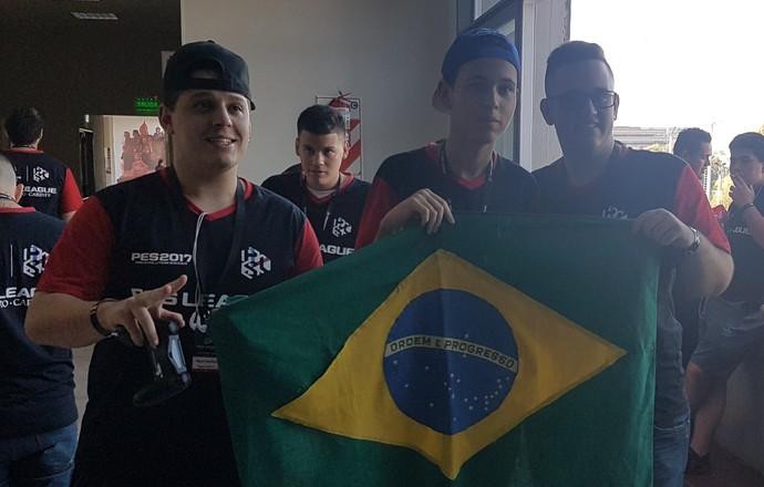 GuiFera e outros dois brasileiros na Seletiva de PES (Foto: Chandy Teixeira)