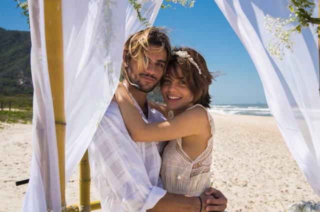 Julia Dalavia e Felipe Simas gravam 'Os dias eram assim' (Foto: Globo/ Cesar Alves)