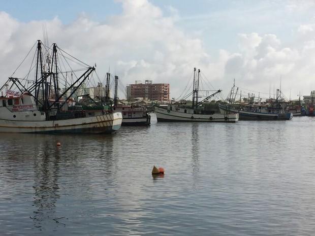 Barcos continuam no rio Itajaí-Açu na manhã desta terça (6) (Foto: Luiz Souza/RBS TV)