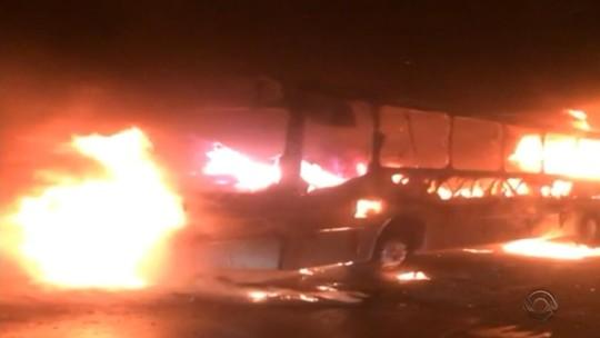 Ônibus é incendiado por criminosos  na Zona Leste de Porto Alegre