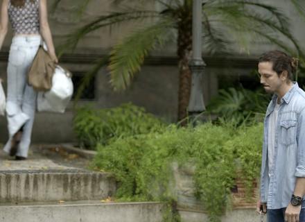 Gui flagra Júlia e Tiago em clima íntimo e fica abalado