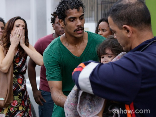 Jairo entrega a filha para ser atendida pelo bombeiros (Foto: Fábio Rocha/TV Globo)