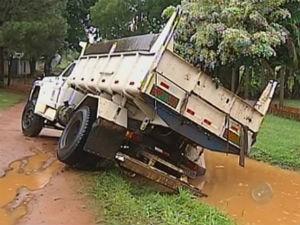 Caminhão ficou atolado em um buraco com risco de tombar (Foto: Reprodução/TV Tem)