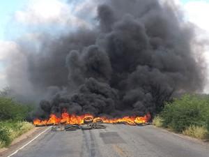 Moradores interditam PE 647 com a queima de pneus. (Foto: Isa Mendes/TV Grande Rio)