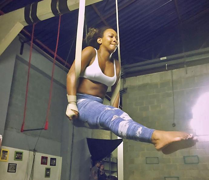 Luana Bandeira faz abdominal segurando no tecido (Foto: Arquivo Pessoal)