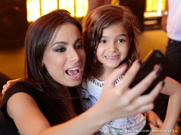 Anitta também fez um registro com Mel Maia no celular (Foto: Felipe Monteiro/TV Globo)