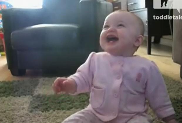 Bebê passa mais de um minuto rindo de cachorro (Foto: Reprodução)