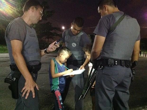 Policiais militares ajudam menino a fazer os deveres de casa quase todos os dias em São Vicente (Foto: Divulgação / Polícia Militar)
