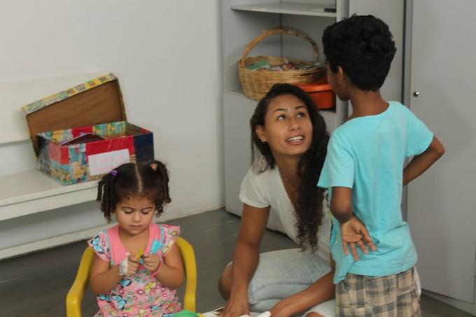 Carol Baiana com as crianças na Brinquedoteca do hospital (Foto: Magda Lomeu)