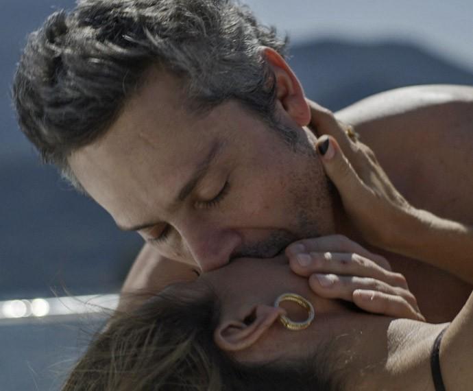 Romero vai à loucura com sedução de Atena (Foto: TV Globo)
