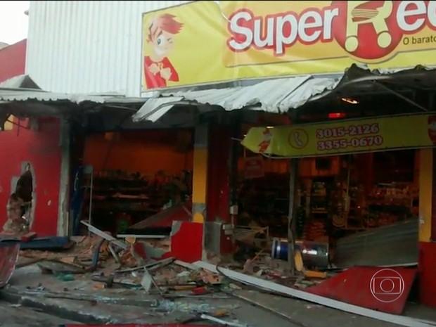 Criminosos quebraram a parede e invadiram mercado na região de Madureira com retroescavadeira (Foto: Reprodução / TV Globo)