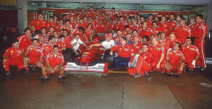 No Japão, Ferrari comemora título de Michael Schumacher, à época companheiro do brasileiro Rubens Barrichello (Foto: Getty Images)