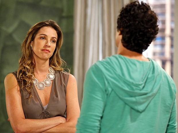 Vânia tenta, mas não consegue ajudar Nando (Foto: Guerra dos Sexos / TV Globo)