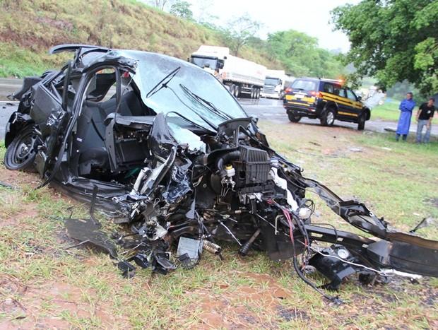 Veículo ficou totalmente destruído (Foto: Daniel Rizzi / Rede Bom Dia)