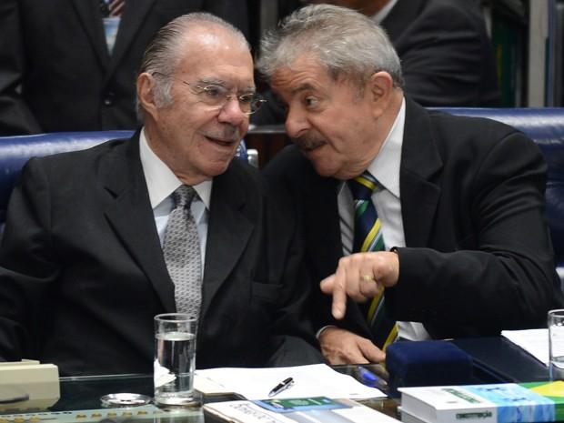 O senador José Sarney (esq.) e o ex-presidente Lula durante sessão comemorativa dos 25 anos da Constituição no plenário do Senado (Foto: Antonio Cruz / Agência Brasil)
