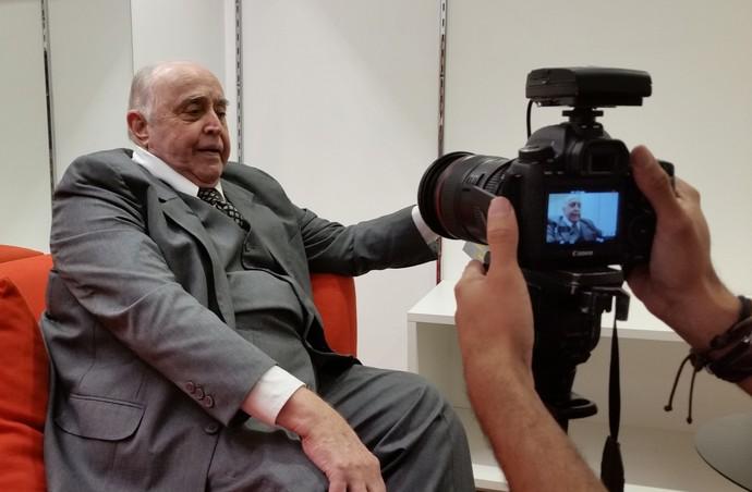 Mauro Mendonça conversa com a equipe do Gshow nos bastidores de 'Êta Mundo Bom!' (Foto: Leonardo Arromba / Gshow)