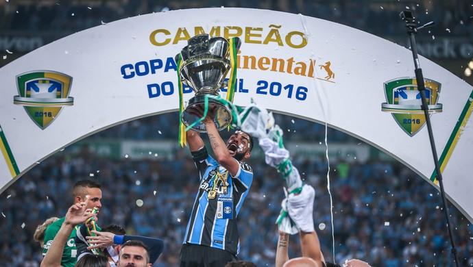 Maicon Grêmio troféu taça campeão Copa do Brasil (Foto: Jefferson Bernardes / AFP)