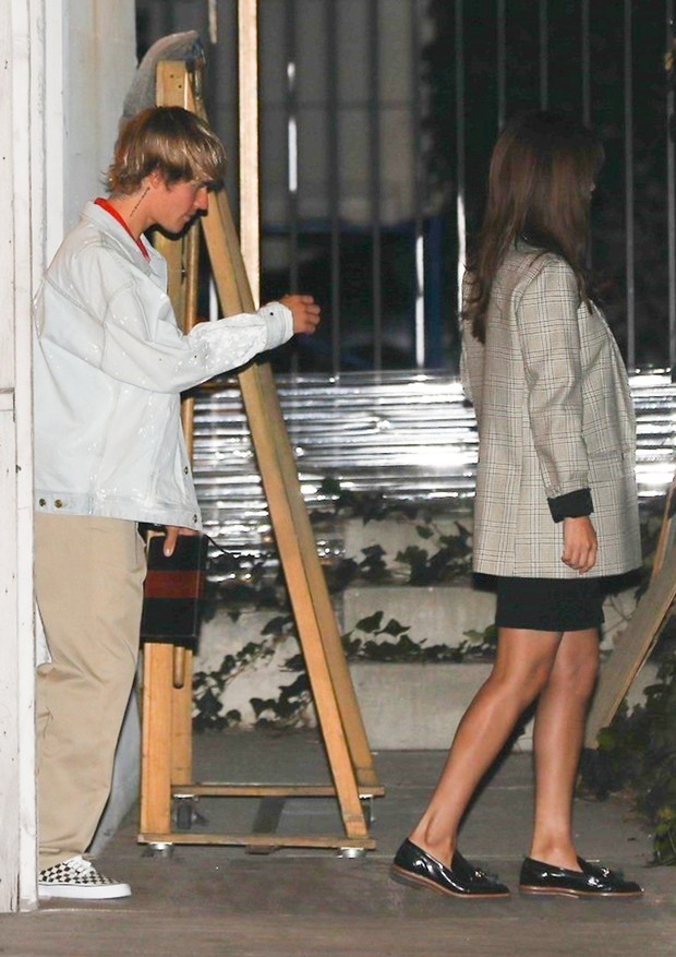 Beverly Hills, CA  - Justin Bieber and Selena Gomez spend their Valentine's Day at Church. The pair arrive in separate rides at the same time. Selena dresses up in a plaid outfit as Justin keeps it casual for their weekly service in he 90210.Pictured: (Foto: EVGA / BACKGRID)