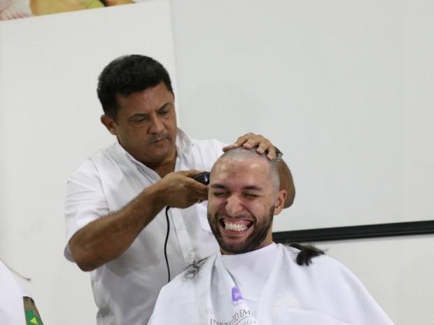 Policial rodoviário Braz José Bonfim Júnior foi um dos que se candidataram a raspar os cabelos (Foto: Nathália Lorentz/G1)