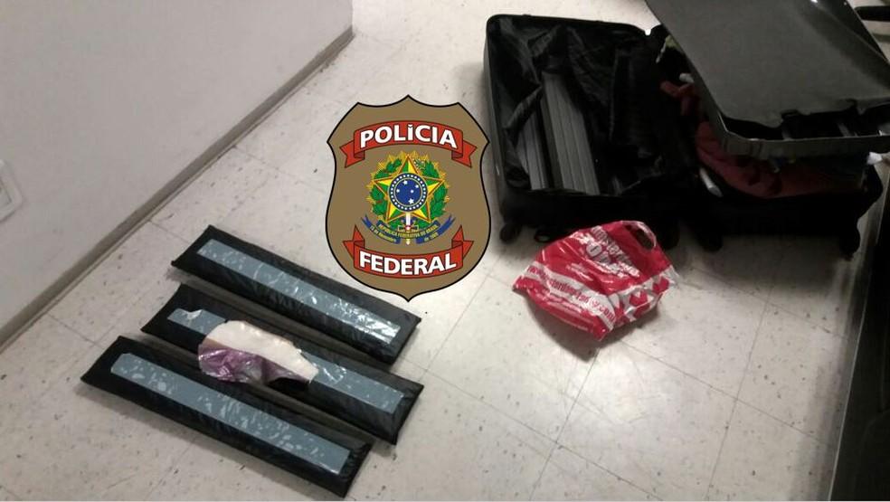 Droga sintética foi encontrada em fundos falsos na mala do homem (Foto: Divulgação/PF)