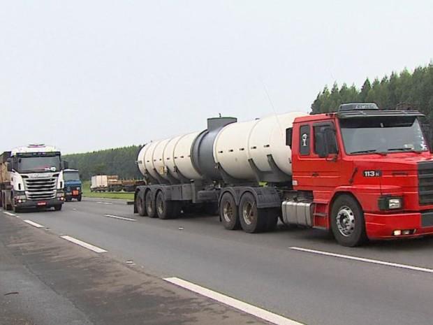 Lei do caminhoneiro aumenta gasto em transportadoras de São Carlos (Foto: Marlon Tavoni/EPTV)