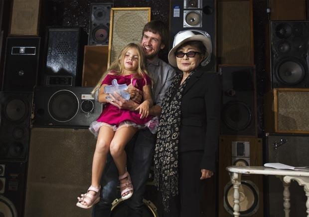 Yoko Ono ao lado de Pyotr Verzilov, marido da pussy riot Nadezhda Tolokonnikova, com Gera, filha do casal, nesta sexta-feira (21) em Nova York (Foto: Lucas Jackson/Reuters)