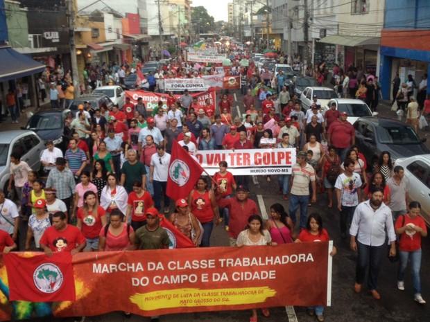 Manifestantes 'pintaram' a rua 14 de Julho com a cor do PT (Foto: Graziela Rezende/G1 MS)