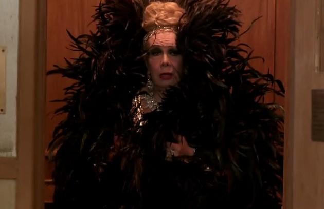 Na novela 'Babilônia', a atriz Rogéria, uma das primeiras transgêneros a ficar famosa no Brasil, viveu Úrsula Andressa. A personagem transexual era avó de Gabi (Kizi Vaz) (Foto: Reprodução)
