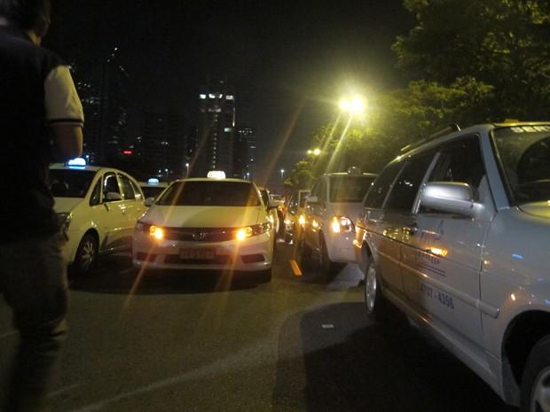 Cerca de 90 taxistas realizaram protesto na noite deste sábado contra ataques a integrantes da categoria  (Foto: Roney Domingos/ G1)