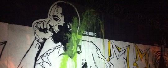 Imagem de Robinho no CT do Santos é vandalizada (Renan Fiuza / TV Tribuna)