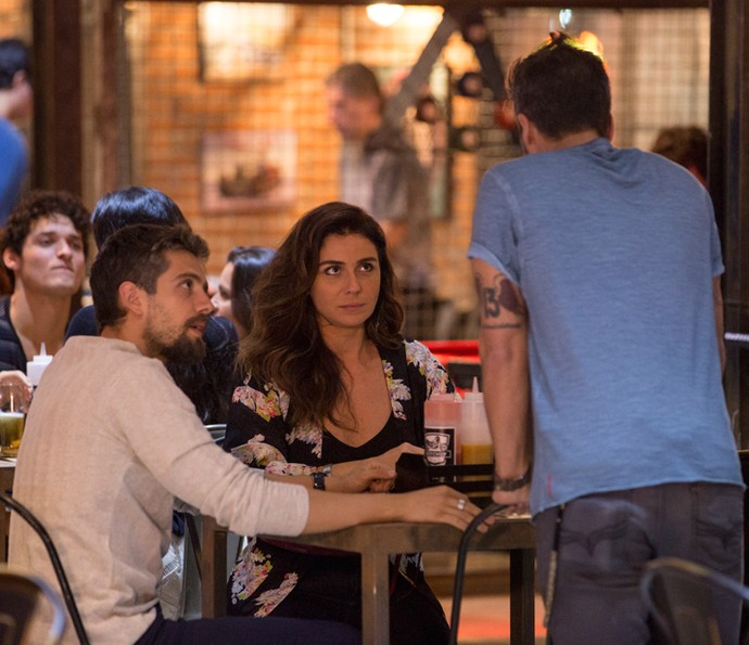 Mario interrompe jantar de César e Alice (Foto: Felipe Monteiro/Gshow)