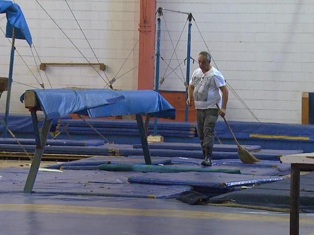Ventania destruiu vidros e janelas de ginásio da Cava do Bosque (Foto: Antônio Luiz/EPTV)