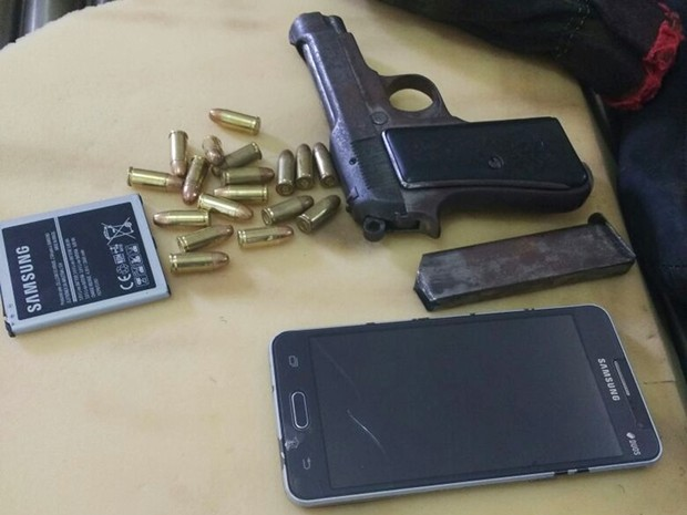 Além da pistola, também foram encontrados e apreendidos 18 munições, um aparelho celular e uma bateria de telefone   (Foto: Sejuc/Divulgação)