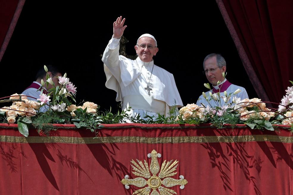 Papa Francisco acena ao final de sua mensagem
