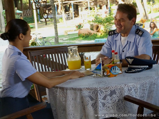 Mantovani e Isabel conversam sobre a investigação aos Albuquerque, sem saber que Taís os viu (Foto: Flor do Caribe / TV Globo)