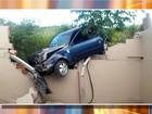 Carro desgovernado destrói muro de casa em Sorocaba