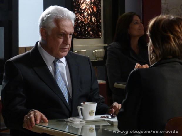 César fica chocado ao descobrir que é pai de Jonathan (Foto: Amor à Vida / TV Globo)