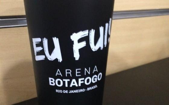 Os copos sustentáveis do Botafogo. O clube vendeu quase 17 mil nos primeiros seis jogos na Arena Botafogo (Foto: Divulgação)