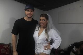 Preta Gil com o noivo Rodrigo Godoy nos bastidores de show no Rio (Foto: Isac Luz/EGO)