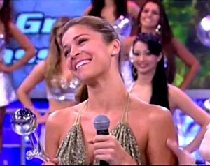 Grazi Massafera comemora o prêmio de Atriz Revelação de 2007 (Foto: TV Globo)