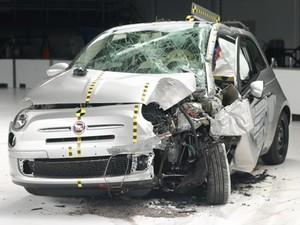Fiat 500 foi avaliado em teste de colisão pelo IIHS (Foto: AP Photo/Insurance Institute for Highway Safety)