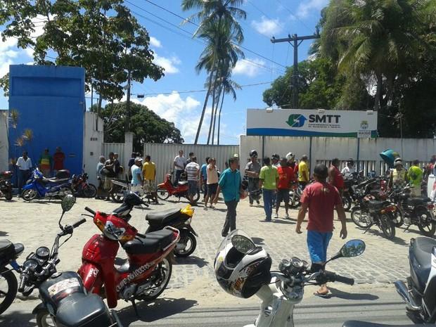 Grupo bloqueou entrada da SMTT, no Tabuleiro do Martins.  (Foto: Carolina Sanches/ G1)