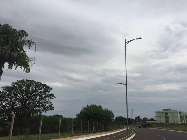 Céu em Campo Grande na tarde deste domingo (8) (Foto: Gabriela Pavão/G1 MS)