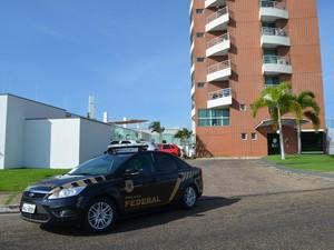 Agentes cumpriram mandado em prédio da zona Leste da capital (Foto: Inaê Brandão/G1 RR)