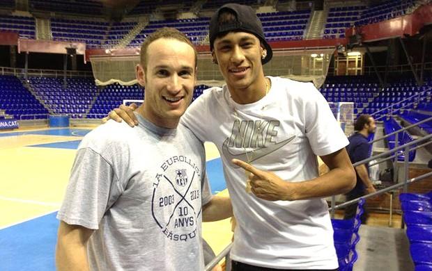 Neymar Marcelinho Huertas apresentação Barcelona (Foto: Reprodução / Twitter)