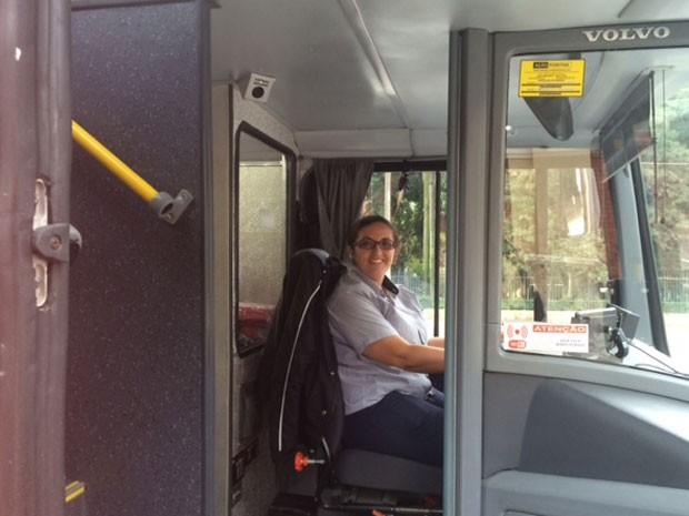 Há quatro anos, Priscila Souza trabalha como motorista de ônibus. Durante duas semanas no mês, ela agora faz parte da equipe que trabalha na linha Circular Turismo (Foto: Lívia Machado/G1)