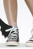 Dia das Bruxas: aprenda a customizar tênis com asas de morcego